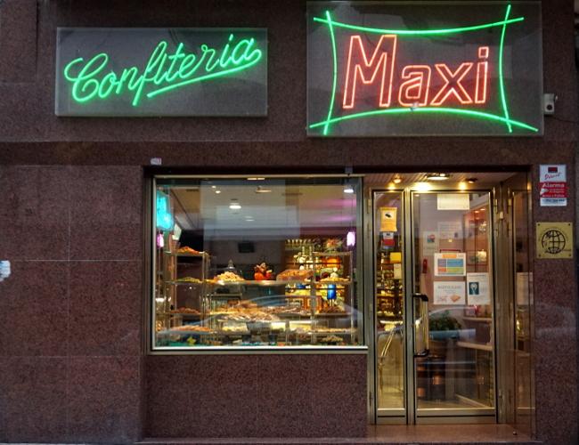 Vista de la confitería Maxi en la calle Salas de Burgos