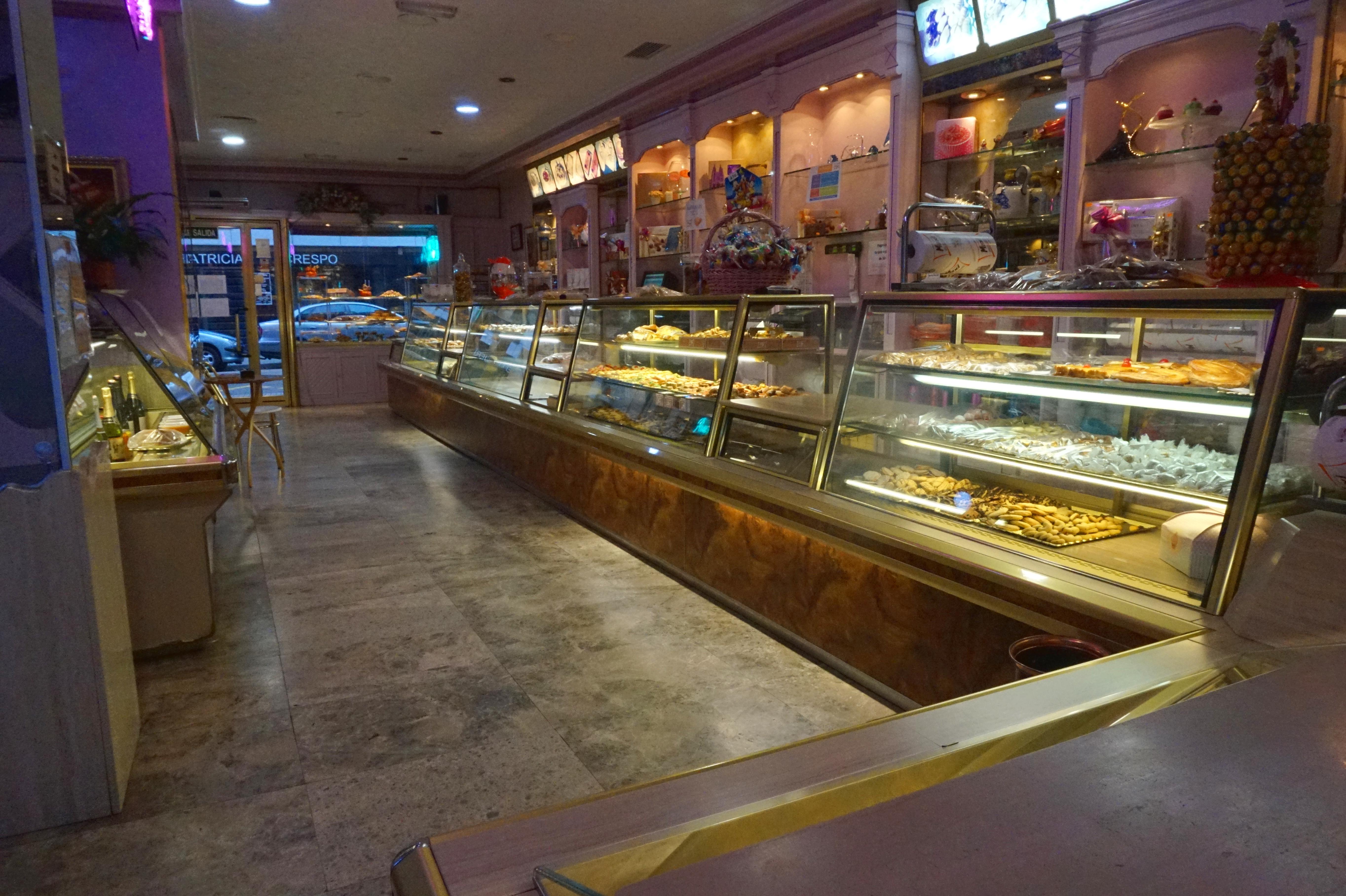 Vista interior de la confitería Maxi en la calle Salas de Burgos